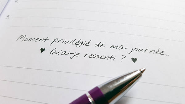 Le journal de gratitude permet d'écrire et de se souvenir des moments positifs de la journée et d'y revenir en cas de baisse de moral