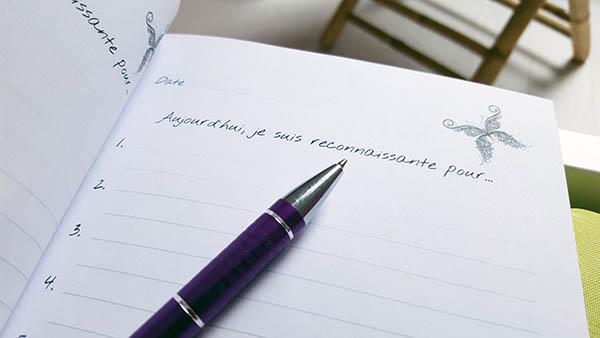 Le journal de gratitude permet de remercier des personnes, des situations ou des biens et de cultiver la reconnaissance
