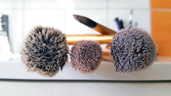 Il faut être vigilant sur les produits pour nettoyer ses pinceaux de maquillage qui peuvent contenir des produits chimiques que vous allez retrouver sur votre visage !