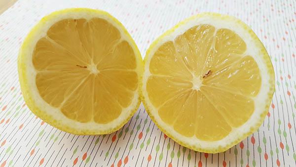 Dans la cure pollen miel citron, le citron va nous donner un bon coup de fouet