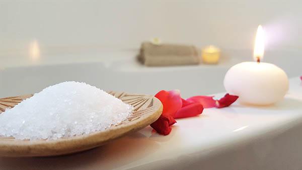 Pour votre soirée cocooning, faites vous couler un bon bain à la lumière des bougies et délassez vous