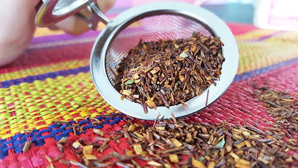 Les feuilles fermentées de rooibos, cultivé en Afrique du sud, permettent d'obtenir un tisane rouge aux propriétés antioxydantes