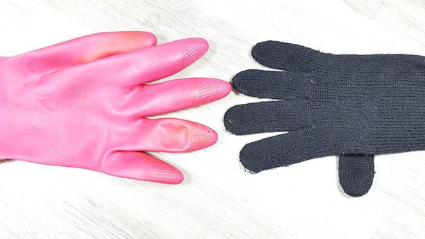 Lorsque les mains sont fragilisées en hiver, il faut les protéger du froid et des produits ménager en portant des gants