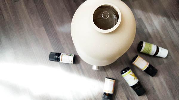 J'ai sélectionné pour vous 5 huiles essentielles : camomille romaine, lavande, petit grain, orange douce et ylang ylang, dont les bienfaits permettent de lutter efficacement et naturellement contre le stress