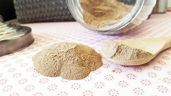 Le rhassoul est une argile aux multiples bienfaits pour la peau et les cheveux, elle nettoie et absorbe les impuretés avec une grande douceur, tout en étant 100% naturelle et écologique