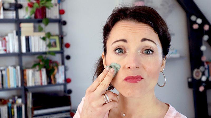 Devez-vous faire des masques anti-acné à l'argile verte sur le visage ?